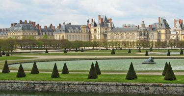 Charles De Gaulle to Fontainebleau
